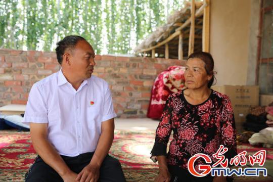 """【边疆党旗红】""""麦盖提好人""""黄英杰:实事求是 为老百姓利益着想"""