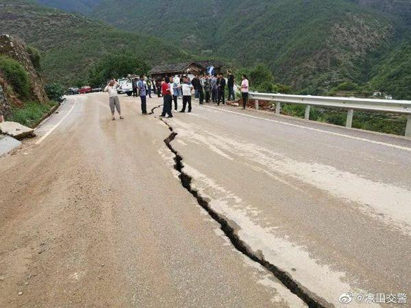 四川凉山州部门山路呈现山体滑坡、飞石、落石
