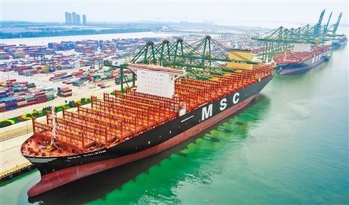 世界最大集装箱船在天津港首航