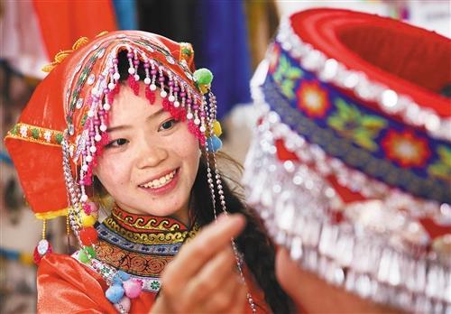 25岁彝族女孩龙恩碧安置区里忙创业