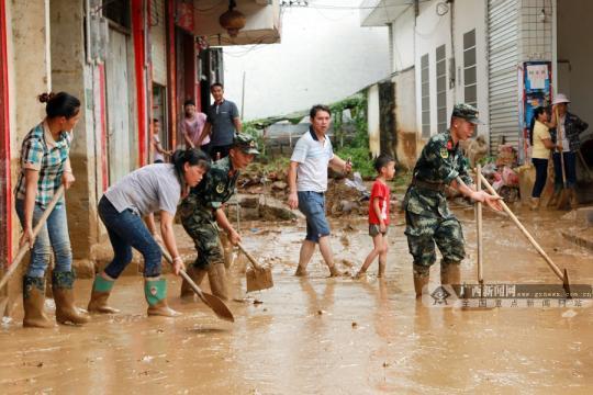 河池:武警民兵驰援受灾乡村 告急设哀鸿安设面