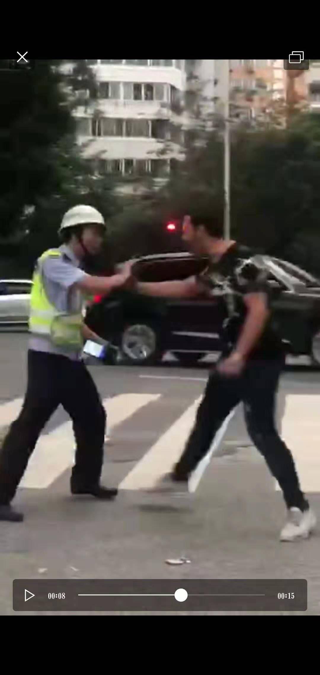 福州一留门生骑车违规载人、推搡民警 校方称将处理赏罚