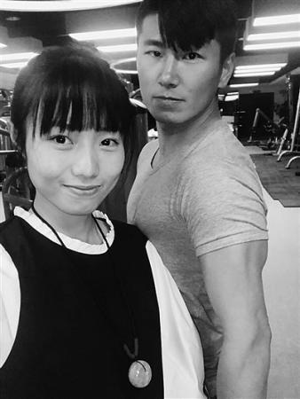 珠峰之巅的浪漫:他摘下面罩屈膝求婚,她承诺了