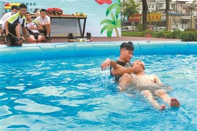 操场变泳池 教娃防溺水