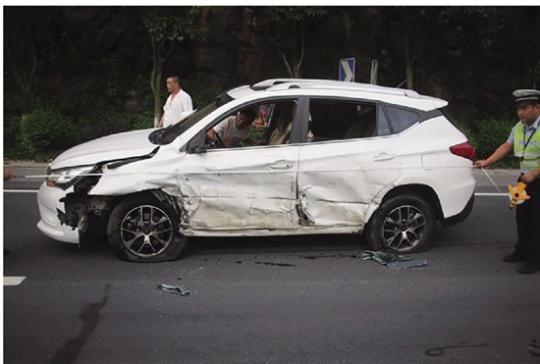 命悬一线!摩托车弯道逆行驾驶员被撞飞