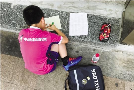 球场边趴下写作业争分夺秒的足球娃让人又爱又怜