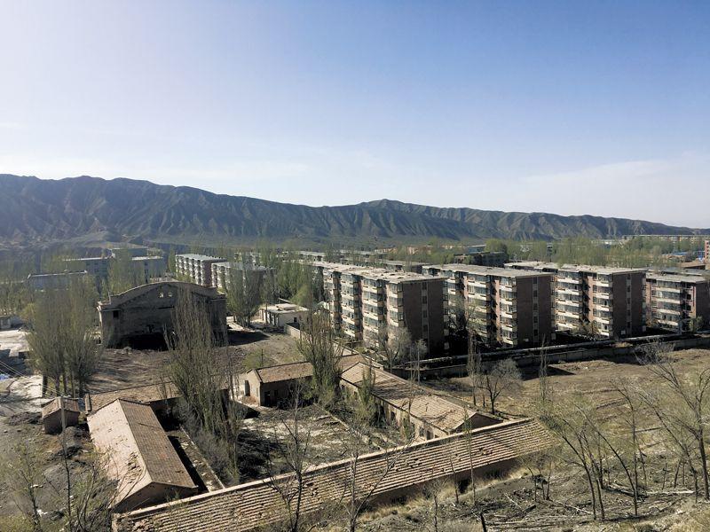 """探访中国第一座""""弃城"""":有的房子给一万也会卖炒股配资"""
