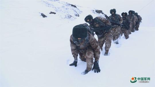军事资讯_军事新闻    只因他们站立的地方   就是中国   位于海拔4687米的陡峭