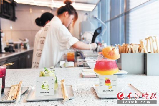 健康有颜值的饮品受到时下年轻人的青睐。   长沙晚报全媒体记者 王志伟 摄