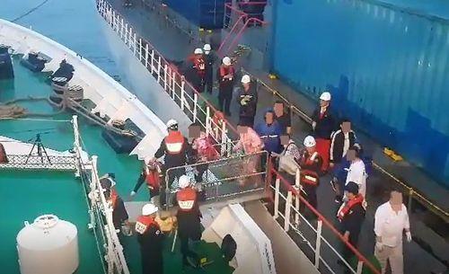 韩国驶往中国渡轮起火:200人转移_一中国游客送院