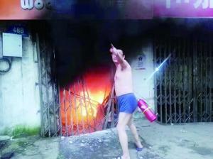 居民楼凌晨着火裤衩男火速灭火