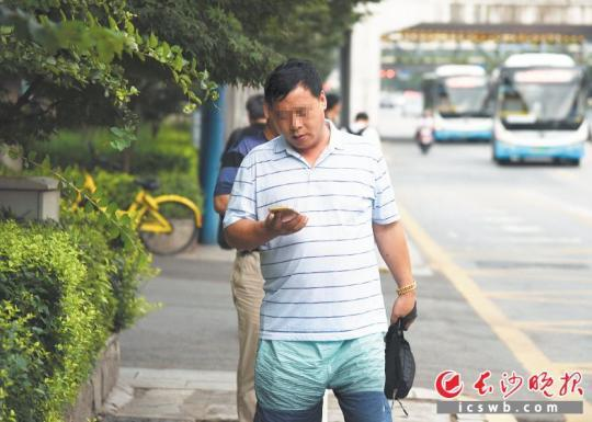 不少市民在人行道上一边行走,一边垂头看手机。长沙晚报全媒体记者 刘琦 摄