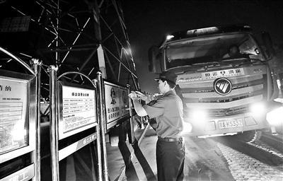 北京城管夜查工地 发现违规渣土车