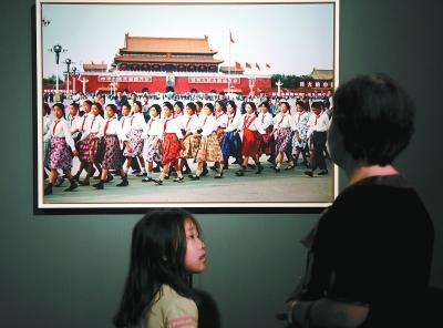 """法国摄影大师结缘中国近半个世纪 贵重照片展还原""""中国本色"""""""