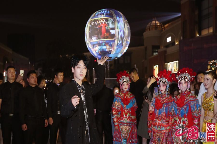 刘烨魏巡现身芒果星球北京站 打卡青春正能量