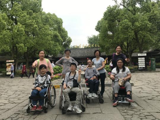 """上海脑瘫患儿母亲为孩子们种下""""甜橙树"""""""