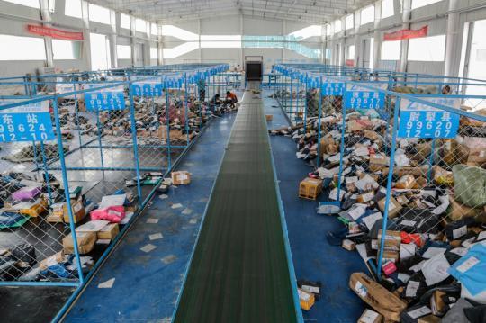 南疆快遞物流園快件中轉分揀車間,成堆的快件經過分揀整理將被送往各個區縣鄉鎮。