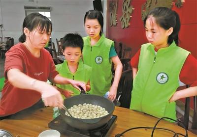 """25名青少年学习传统美食""""糖不甩""""制作"""