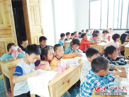 ↑孩子们将书院课堂坐得谦谦铛铛。