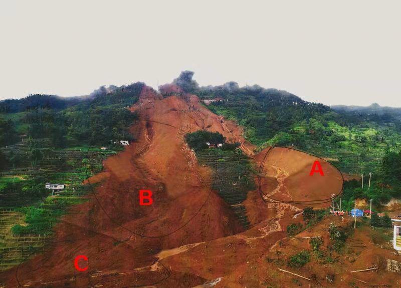 贵州山体滑坡救援现场突发险情 抢险装备被迫撤出