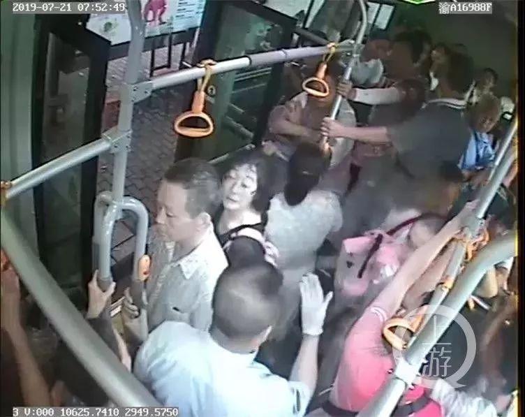 彩名堂客户端乘客吵得不可开交!司机停车说了一句话,