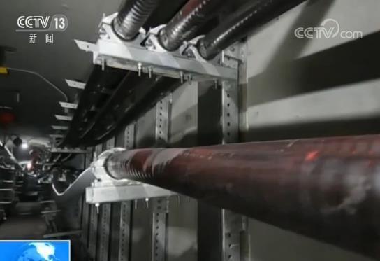 电力工人24小时在密闭隧道加紧工作 缓解用电压力