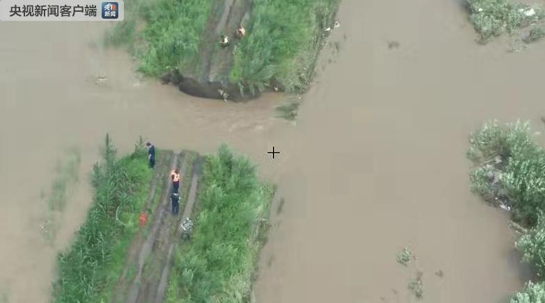 黑龙江佳木斯市郊区发生两处民堤决堤险情 救援正在进行
