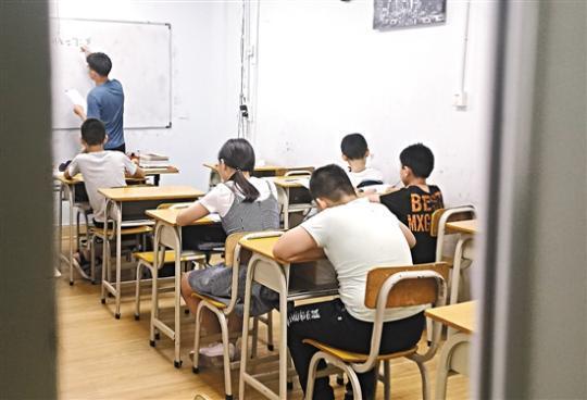 """培训机构助推""""超前学"""" 有教师补课一个暑假可挣百万"""