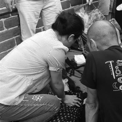 八达岭长城上,江苏女医生跪地为游客做心肺复苏