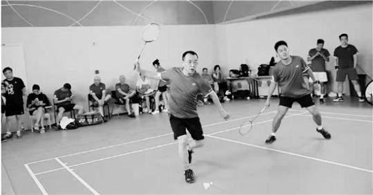 房产老总一年只应酬两次业余时间都在打羽毛球