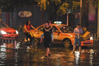 北京迎入汛以来最大降雨 安全转移215人无人员伤亡
