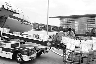 机场行李装卸员:每天搬运数万件行李