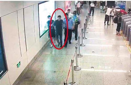 好样的!民警紧追一嫌犯 两乘客出手相助