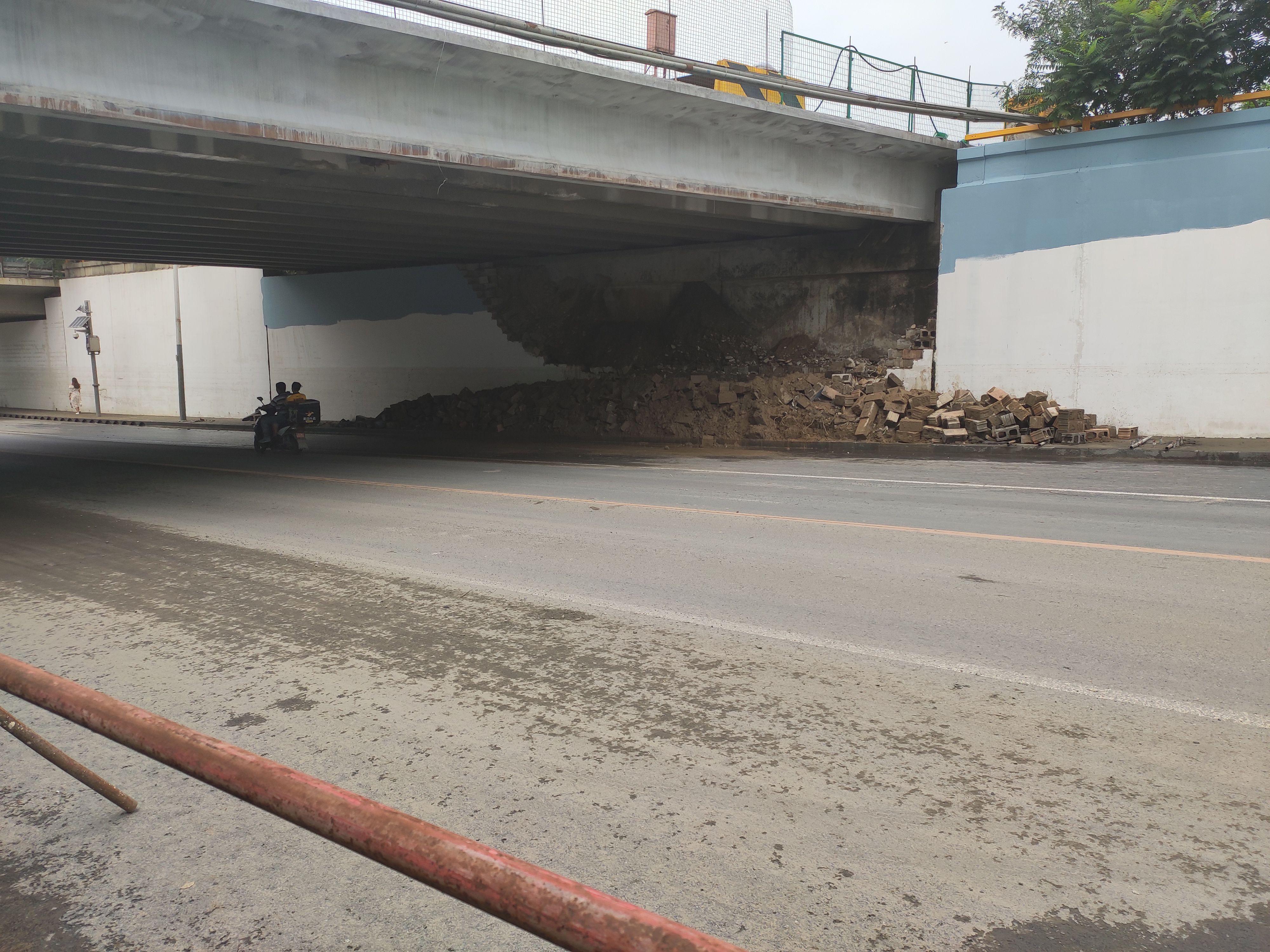 北京大雨致来广营西路多处积水已排清,桥下墙体发生垮塌