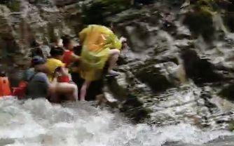 鹤峰山洪亲历者:三五秒水就淹过来,逃上石壁站了7小时
