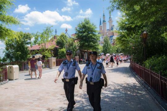 """暑假的上海迪士尼:""""黄牛""""近乎绝迹 无证导游仍需警惕"""