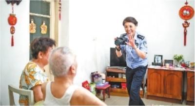 """她用镜头记录""""半个世纪的爱"""""""