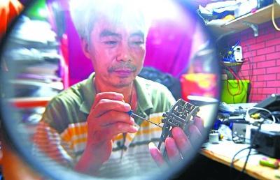 时时彩送15彩金武汉六旬修钟人31年复活近200台古董座钟