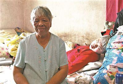 """就为养子一句""""妈"""" 拾荒母亲照顾瘫痪养子26年"""