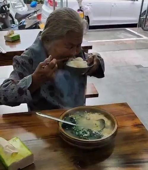 <b>老奶奶拿一元钱进餐馆只买一碗白饭!店主举动获赞</b>