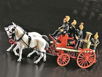 最早蒸汽消防车要用两匹马来拉