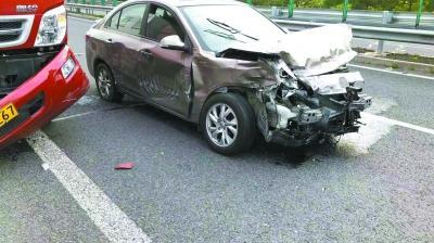 车撞报废气囊为何没弹开?4S店:撞击力度不够