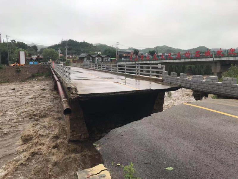 受强降雨影响 北京密云一桥梁被冲毁