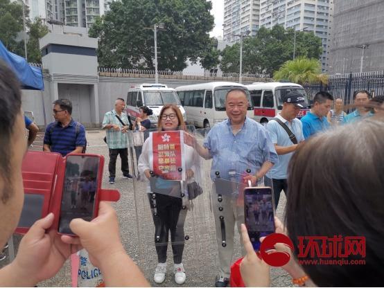 香港市民与防爆盾合影:坏人见了怕,我们见了爱