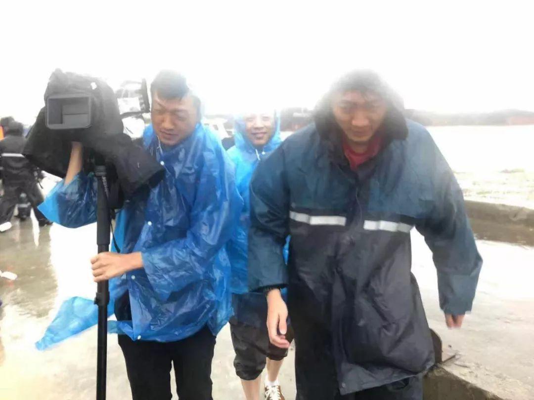 台风中的这河马足球hemaqiuxun些身影,帅极了!