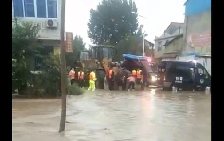 山东昌乐因台风蔬纺凌岭菜大棚受淹 村民坐挖掘机撤离