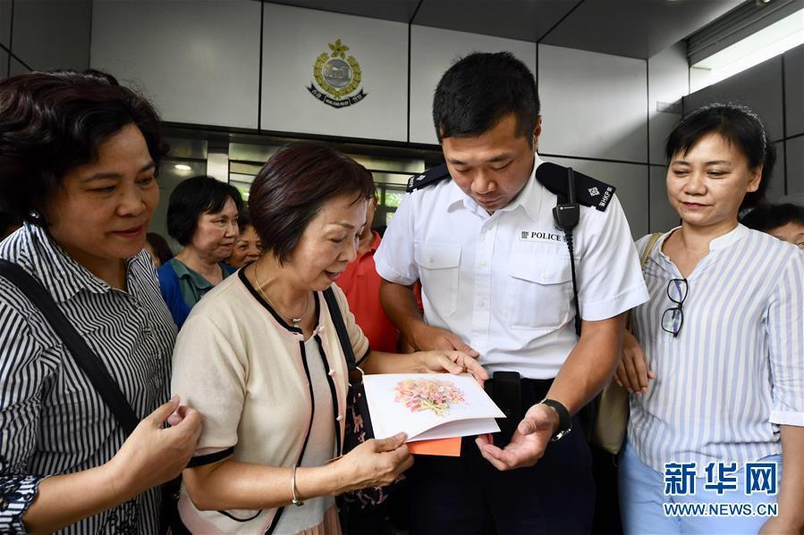 """特写:""""阿sir加油""""——香港市民自发集会支持警方"""