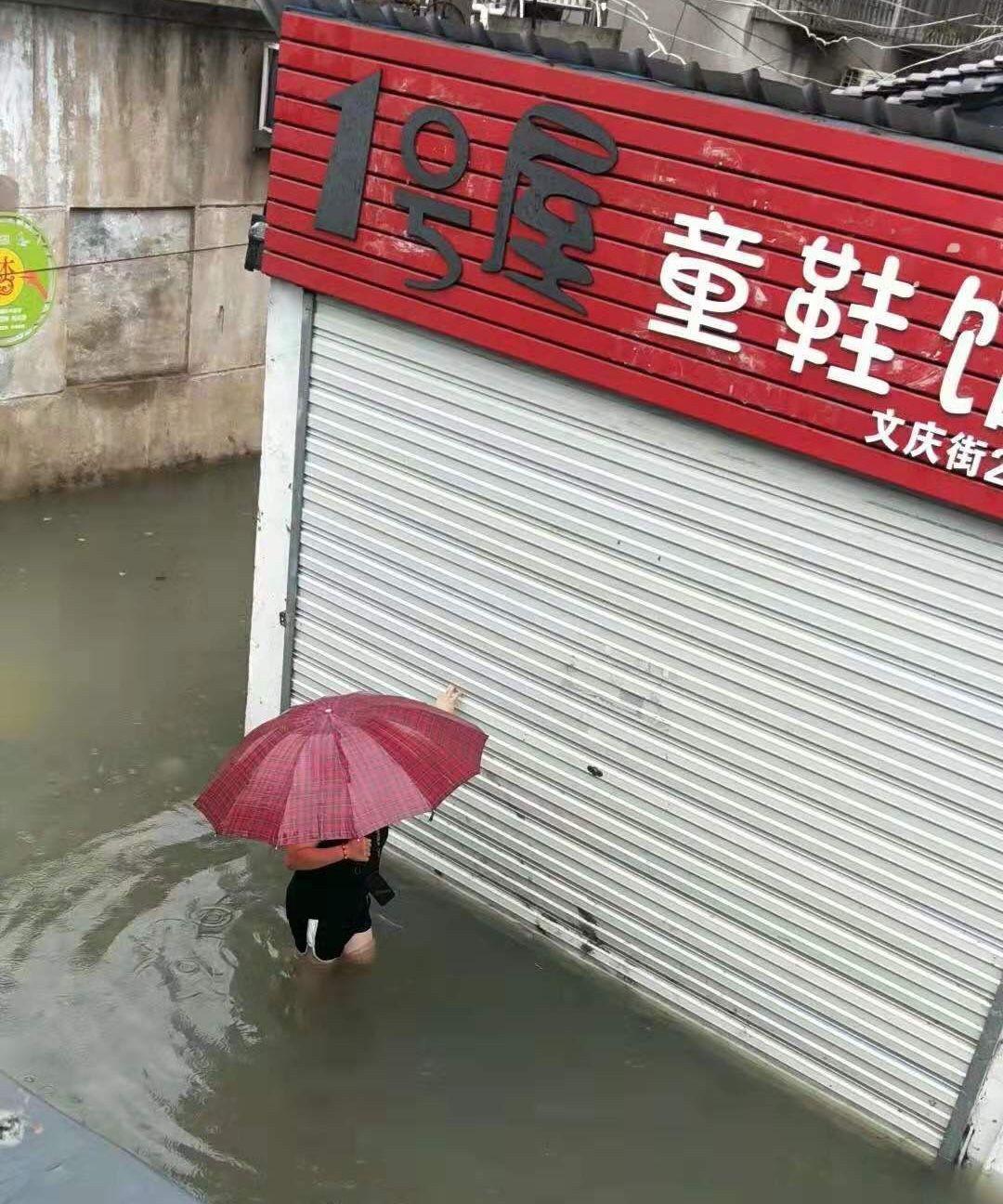 """浙江临海""""利奇马""""过境:水淹到二楼 部分街道仍有积水"""