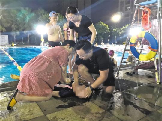 怀孕医生抢救溺水女孩