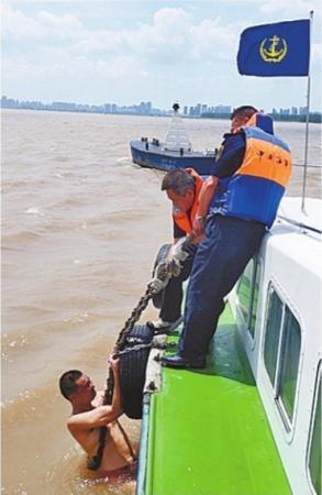 男子专程来汉挑战横胎记北京华盛最权威渡长江 结果体力不支命悬一线